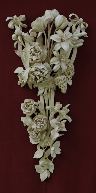 The incredible deep-foliage relief and 'under-cutting' achieved by David is very clear in this piece. David generally uses limewood for his carving, for reasons explained in the book. Image copyright of David Esterly.